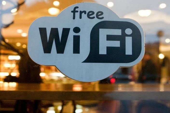 Точек бесплатного Wi-Fi становится все больше, и никто не станет спорить с тем, что это замечательно. Однако, кидаясь в омут общедоступного интернета, не стоит забывать о безопасности. Настроек вашего ноутбука, планшета или смартфона по умолчанию может быть недостаточно для того, чтобы защититься от мошенников. Ниже приведем 5 несложных правил, соблюдая которые, вы сможете обезопасить свою личную информацию от тех, для кого она не предназначена, и сберечь свои деньги.