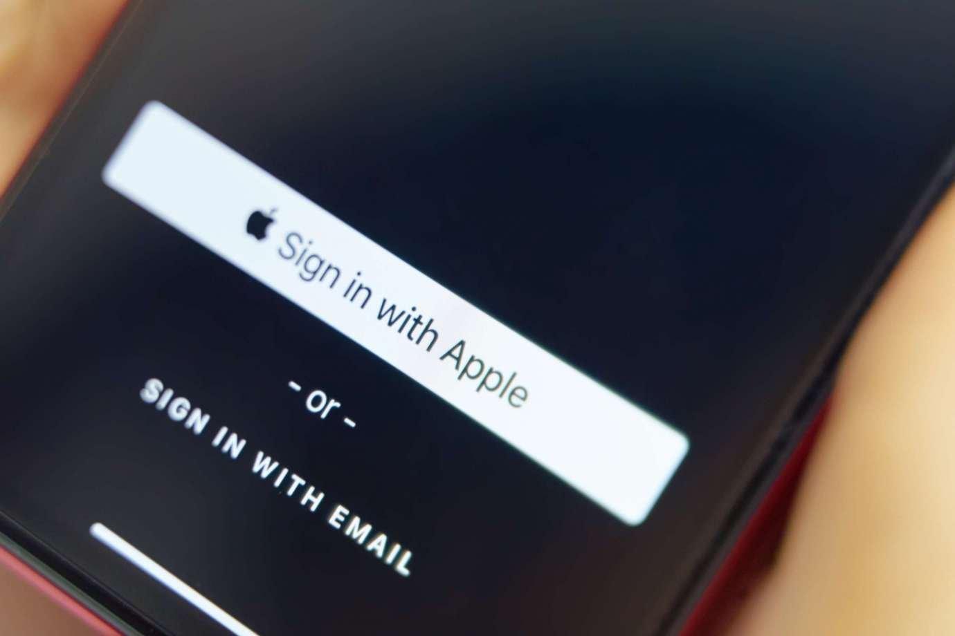 Использование опции Sign in with Apple в системе iOS 13 для усиления безопасности и конфиденциальности