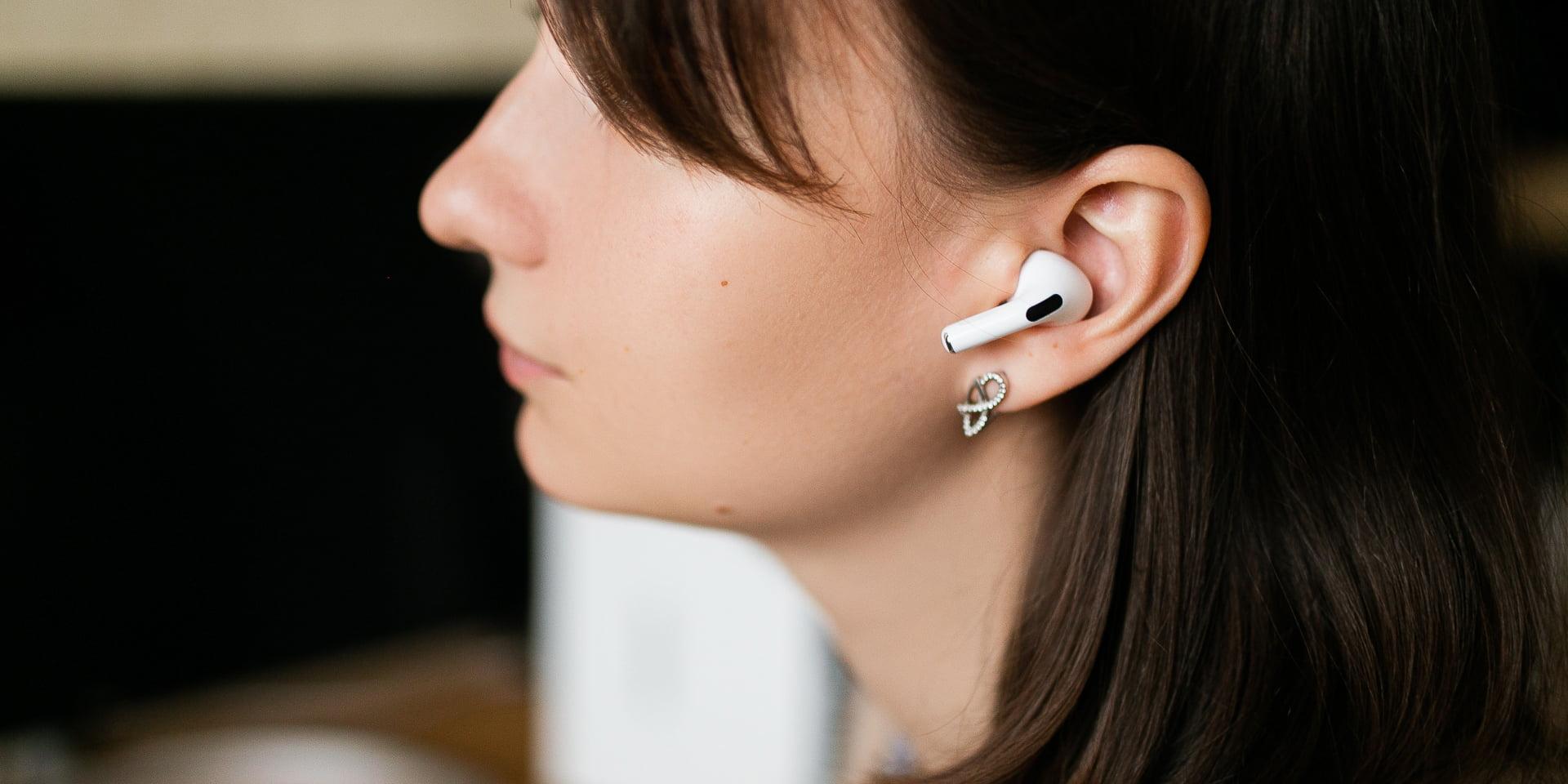 Смените микрофон по умолчанию в AirPods под нужное вам ухо